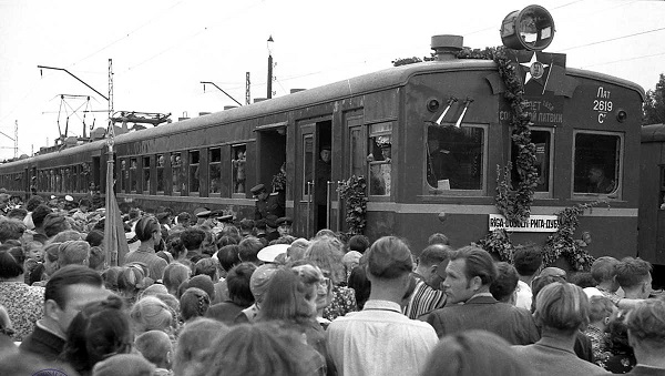 People rushing for a reopened Riga-Jūrmala train line in the 1950s