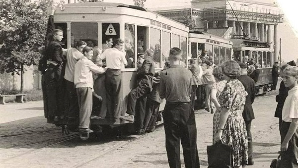 People squeezing into Riga trams in 1950s